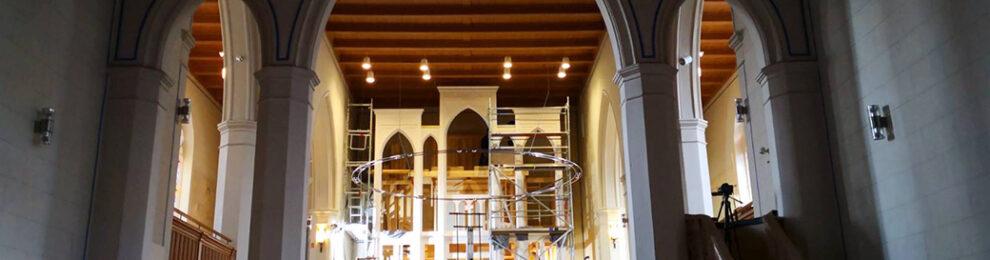 Der Orgeleinbau in der Alten Pfarrkirche hat begonnen
